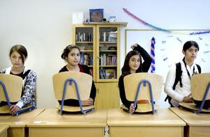 I klass 5b har alla eleverna olika nationalitet. Arazo Hamad, två från höger, kom till Sverige när hon var sju år.