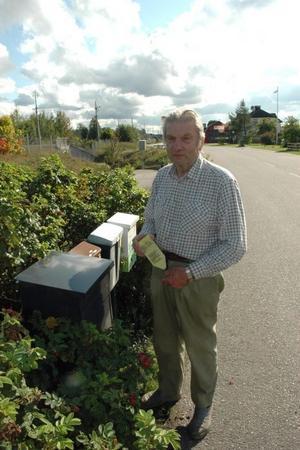 VID LåDAN. Ofta sköter Sven Mild, 75 år, Mehedeby, sina ärenden med lantbrevbäraren vid lådan. Om två månader är det slut med det då betalservicen försvinner.