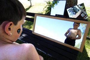 Dödskallemärke. Tim Åström fick en dödskalle målad i ansiktet. Han var nöjd efter en koll i spegeln.