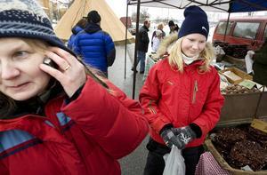 Britt Marlén Nystedt och Elin Jonsson köper knallgröna pistagebollar. Även de är inriktade på att köpa mat och godsaker.