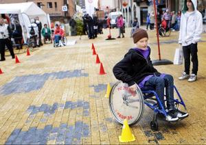 Viktor Franzén har kört flera gånger med rullstol och hade inga problem att vinna sitt heat när han provade hinderbanan.
