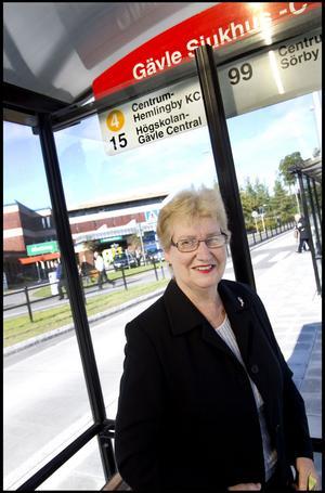 Gun-Britt Blom, 73 år, pensionär från Gävle har tagit bussen till sjukhuset:– Ibland tar jag buss, ibland bil. Jag har gratis busskort och tiden passade. Hade jag inte haft gratis busskort hade jag tagit bilen.