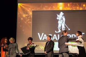 Nattvasan vann pris för årets upplevelse. Vasaloppets VD Eva-Lena Frick (med blommor i famnen till vänster) tar emot priset