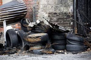 Pyromanen satte eld på ett däcksupplag som sedan sprid sig upp mot vindsvåningen.
