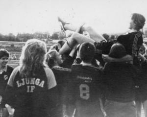 Ett Golden Moment på damsidan. Ånge har besegrats med 2–0 i Lilla DM och Eva Persson hissas av glada lagkamrater.