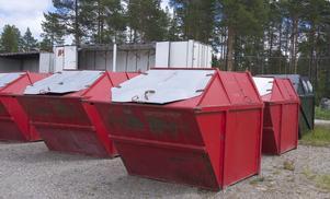 Sopcontainrarna i Lofsdalen har samlats ihop och körs bort av den tidigare entreprenören, som inte får betalt för att ha dem uppställda längre eller för att ta hand om soporna som ligger i dem.