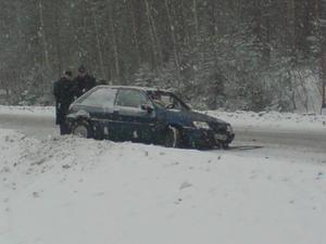 De två bilarna kolliderade i snövädret.