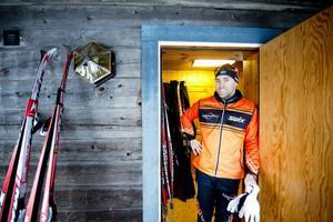 Ensam i en stuga i skogen – är det den rätta uppladdningen inför ett Vasalopp. Jörgen Brink tror i alla fall det.