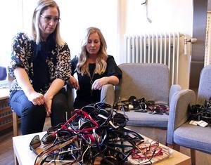 Camilla Westerlund och Jeanette Wallmark studerar förstörda solglasögon efter inbrottet.