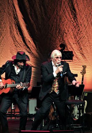 Kan det mesta. Owe Thörnqvist har många strängar på sin lyra, kan vår recensent konstatera efter onsdagens konsert.Foto: Gun Wigh
