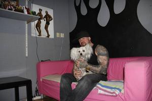Zone Capone med hunden Ashley.