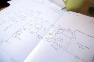 Paret Lénström har tagit fram ritningar för en anpassning av bostaden i Björksätra. Det skulle bli billigare och bättre att bygga ett nytt specialanpassat hus. Men det vill inte kommunen ställa upp på.