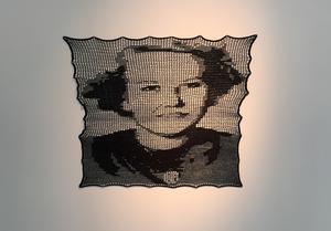 Frida Lindberg har virkat ett porträtt av sin mormor som inte längre är vid liv.