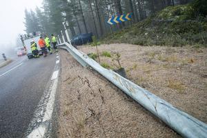Bilen kom upp på räcket precis där det börjar och voltade av vägen.