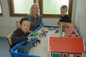 ETT LYFT. Tim Forsström och Emil Stahre tycker om att leka med ladugården. De har också själva besökt en fårfarmare. Samordnaren Lotta Helander säger att nya fritis blivit ett lyft för barnen.