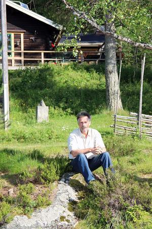 """Håkan Vargas Sundberg är tillfreds med livet vid 60. En naturfotograf som länge fascinerats av björnar har hittat hem. Han och frun Eva driver Vargas Vildmarkslodge med björnskådning i de djupa skogarna långt ovanför Åmot. """"Ibland vet vi inte om det är ett jobb eller ett sommarnöje"""", säger Håkan som tog steget från en anställning på Lantmäteriet till eget företag."""