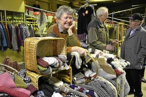 Stort utbud. Britt Davidsson exporterar ull till Estland och får tillbaka färdiga ullvaror som hon säljer på bland annat marknader.