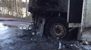 Lasten ska ha klarat sig, men lastbilen blev mer eller mindre totalförstörd. Här ses fronten med förarhytten.