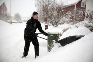 Anders Hammarström använder snöraka för att ta bort snön på sin husinfart.