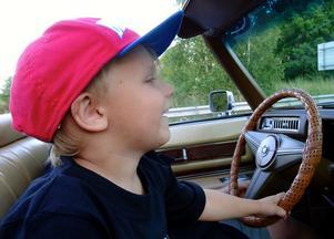 Lille Ted fick prova på att styra mormors Cadillac på Power Big Meets finbilscruising ,så spännande..Kanske blir han en potentiell chaufför  i framtiden?