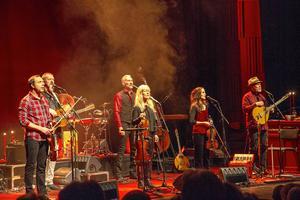 På onsdagen var Musik i folkton tillbaka i Gävle Konserthus dit de förlagt sin turnépremiär för året.  Och som vanligt blev det en varierad och musikaliskt imponerande julshow i folklig dräkt som bjöds.