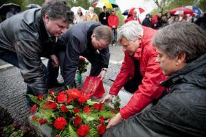 Löfvén och Ohly la ner en krans tillsammans, följda av partiorganisationer, fackföreningar och privatpersoner.