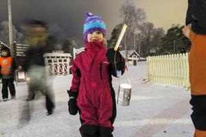5-åriga Maija Saarinen från Kyrktåsjö gjorde en ljuslykta av en plåtburk med hjälp av hammare och spik, och pappa Andreas Saarinen.