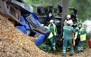 Hytten slets i två delar och föraren blev fastklämd mellan fliscontainer och de kraftiga träden.FOTO: CHRISTER NYMAN