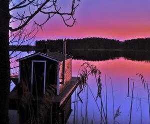 Tyckte att det blev en skön kvällsbild med husbåten och bakgrunden med solen som försvunnit bakom skogskanten.