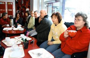 När den första gruppen varslade fick gå från Volvo började de träffas på caféet God smak i centrala Hallsberg. Varje onsdag klockan nio samlas de. Inger Ryefalk och Annika Norin närmast kameran. BILD: SAMUEL BORG