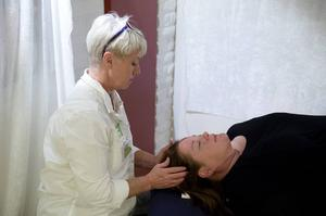 Marie Lodin får Kranio-Sakral behandling av Åsa Lundgren från Hälsans Alternativ.