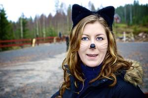 Sofia Bengtsson, för dagen förklädd till katt, har på två och ett halvt år byggt upp en imponerande ridverksamhet på sin mormors gård i Burens.