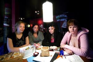 Tjejgrupp. Ellenor, Cissi, Mikaela och Natalie träffas varje onsdag och diskuterar runt olika teman.