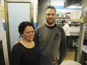 Krögarparet Malin och Linus Zetterman vid Hotell Älvdalen fick uppdraget att fixa maten vid Trängslets asylboende. De ratades i sista stund när Migrationsverket upptäckte att Fazer redan satt på ett avtal för kök- och restaurangverksamheten.