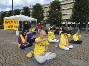 En bild som visar några utövare av Falungong på ett torg någonstans i Sverige. /Arkivfoto: TT