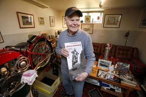 Bill Nilsson visar upp en av många bilder på honom från den aktiva karriären.