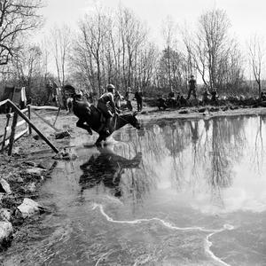 Ryttartävling 1953. Ett enormt vattenhinder i en fälttävlan ser det ut som.