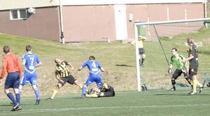 Här har Wallén Ljunggren fallit handlöst till marken. Sekunden senare avgjorde Rengsjö matchen via sitt 2–1-mål.