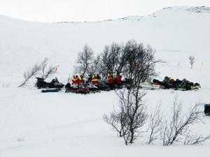 Både helikopter, hundar och fjällräddare var på plats för att söka igenom området.