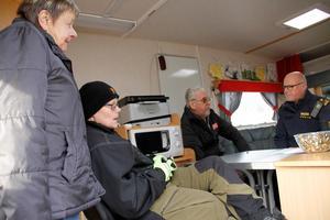 I höstas träffade Ramsjöborna Gun och Mia Saari – och Kurt Jansson – kommunpolis Rolf Ångström.