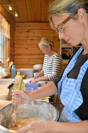 Erika Tjäder och Lotta der Nederlanden gjorde flera degar som senare skulle bli hyttekakor och kvarnbröd.