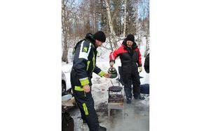 Kokkaffe över öppen eld smakar speciellt gott utomhus, konstaterar Andreas Eriksson och Tony Persson. FOTO: KERSTIN ERIKSSON