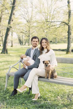 Prins Carl Philip, Prinsessan Sofia och Prins Alexander. Drottningholms slottspark. Maj 2016. Borderterriern Siri ville också vara med på bild.