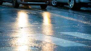 Räddningstjänsten uppmanar bilister att sänka hastigheten,  öka avståndet och att köra försiktigt.