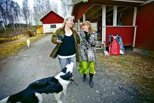 Grannsämja. Irene Hedlund i Älvestorp blev utsedd till Sveriges bästa granne av tidningen Vi i villa för sin välvilja mot omgivningen. Här tillsammans med grannen Susanna Porter Öhman och hunden Poppe.