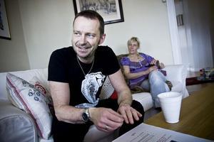 Bengan Janson har arbetat med skivan i tio år innan det var dags att färdigställa den. Men på onsdag är det dags att släppa skivan. Här sitter han i soffan hemma i Järvsö tillsammans med frun Eva.