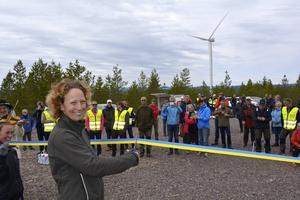 Rosanna Thyrén, kommunfullmäktiges ordförande i Orsa, klippte bandet och invigde Orsas första vindkraftspark.