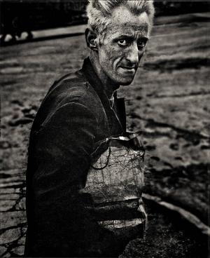En äldre man i Belfast på Nordirland.