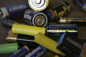 Uttjänta. Att lämna in gamla batterier är en liten insats som ger stort resultat, enligt skribenten.Foto Fredrik Sandberg/TT