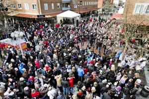 Tusentals Sandvikenbor kom till Krysset för att hylla de svartvita stålmännen i Saik.
